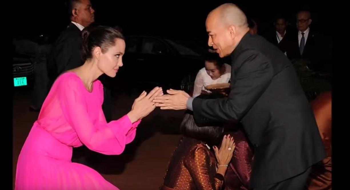 Справжній фурор: Анджеліна Джолі з'явилася на публіці в яскраво-рожевій сукні