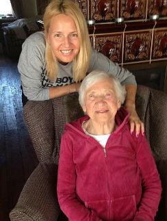 Юлия Бордовских со своей 100-летней бабушкой