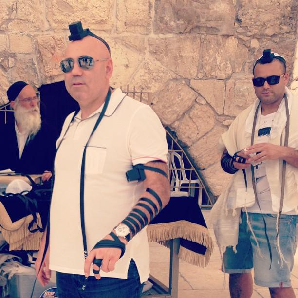 Иосиф Пригожин у стены плача в еврейском наряде