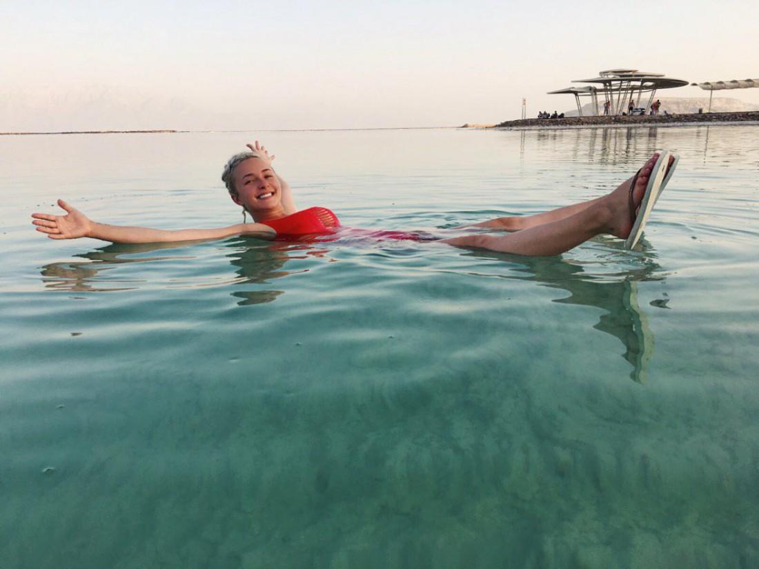 Невеста Владимира Кличко спасается от послеродовой депрессии на Мертвом море
