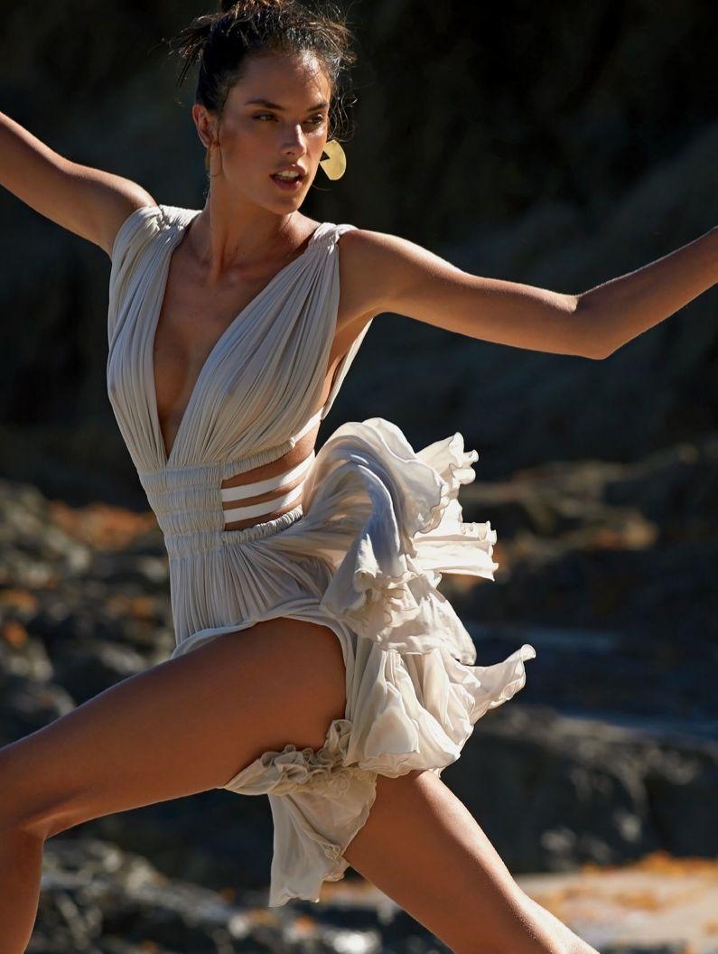 Алессандра Амбросио демонстрирует идеальную фигуру