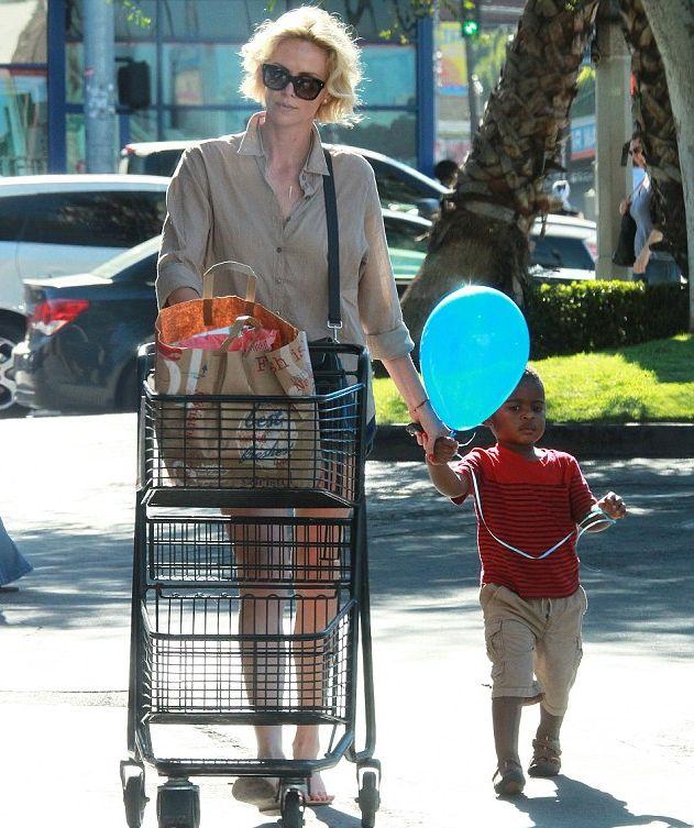 Шарлиз Терон на прогулке с сыном