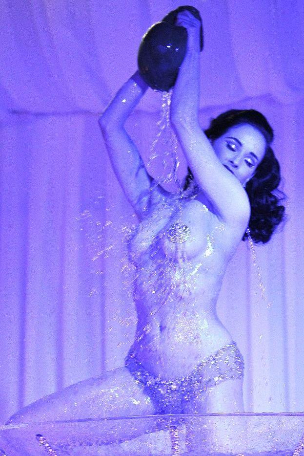 Дита фон Тиз показала свое легендарное эротическое шоу
