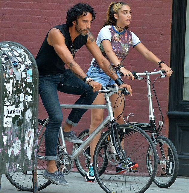 дочь Мадонны на велопрогулке со своим отцом