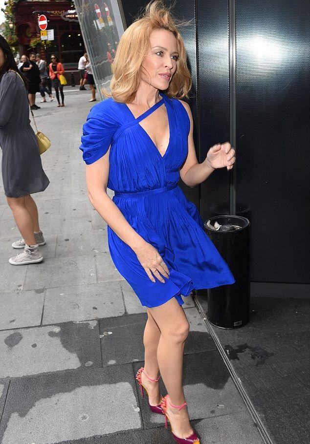 Кайли Миноуг блистает в мини-платье