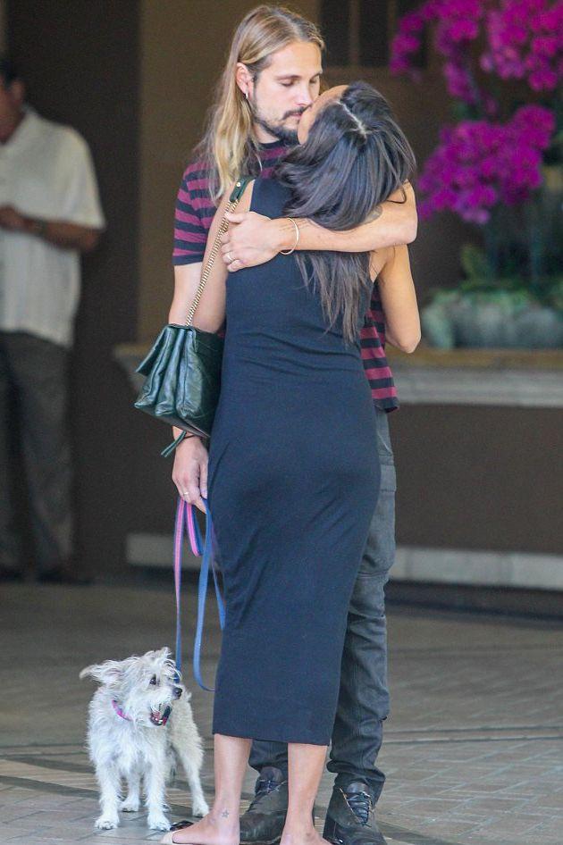 Зои Салдана хвастается беременным животом в облегающем платье