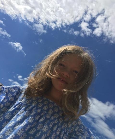 Крупным планом: Вера Брежнева поделилась снимком младшей дочери