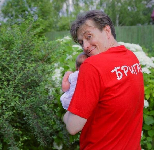 Счастливый папа: Сергей Безруков опубликовал новое фото с новорожденной дочерью