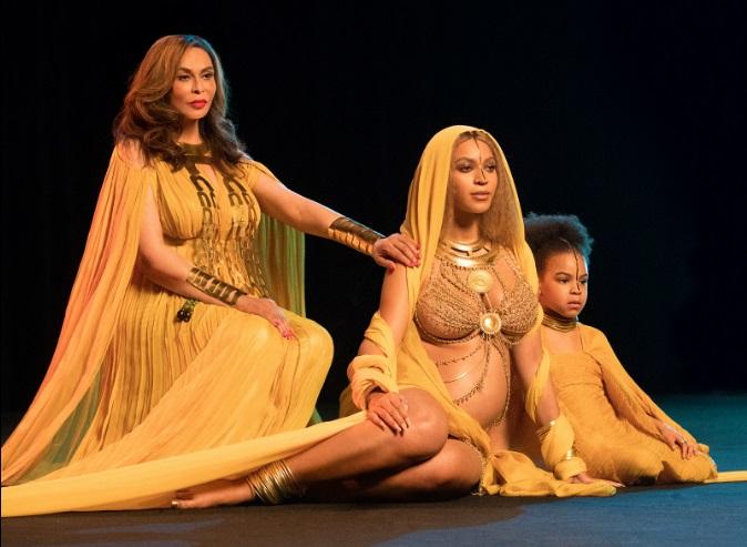 """Феерично: беременная Бейонсе в золотом наряде выступила с дочерью на """"Грэмми"""""""