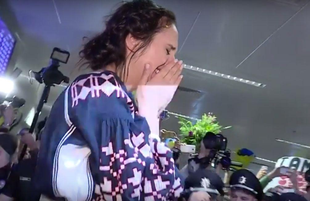 """Джамала расплакалась в аэропорту Киева, вернувшись с """"Евровидения-2016"""""""