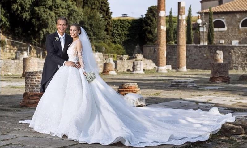 Эта тяжелая мода: наследница бренда Swarovski вышла замуж в платье весом 46 килограммов
