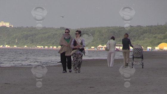 Жанна Фриске гуляет по набережной в Прибалтике