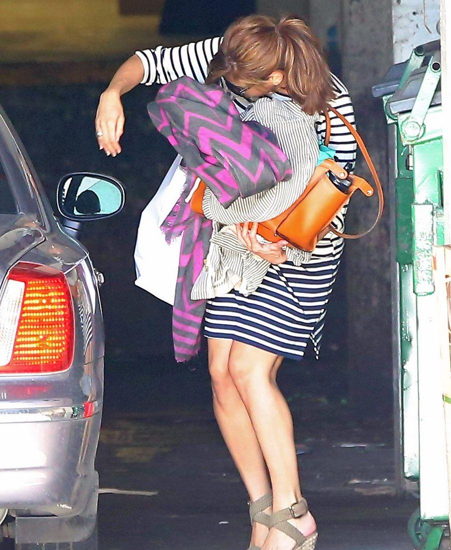 Ева Мендес прячет свой беременный животик