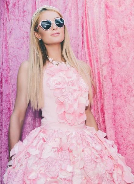 В платье из лепестков роз: Пэрис Хилтон позирует в нежном наряде