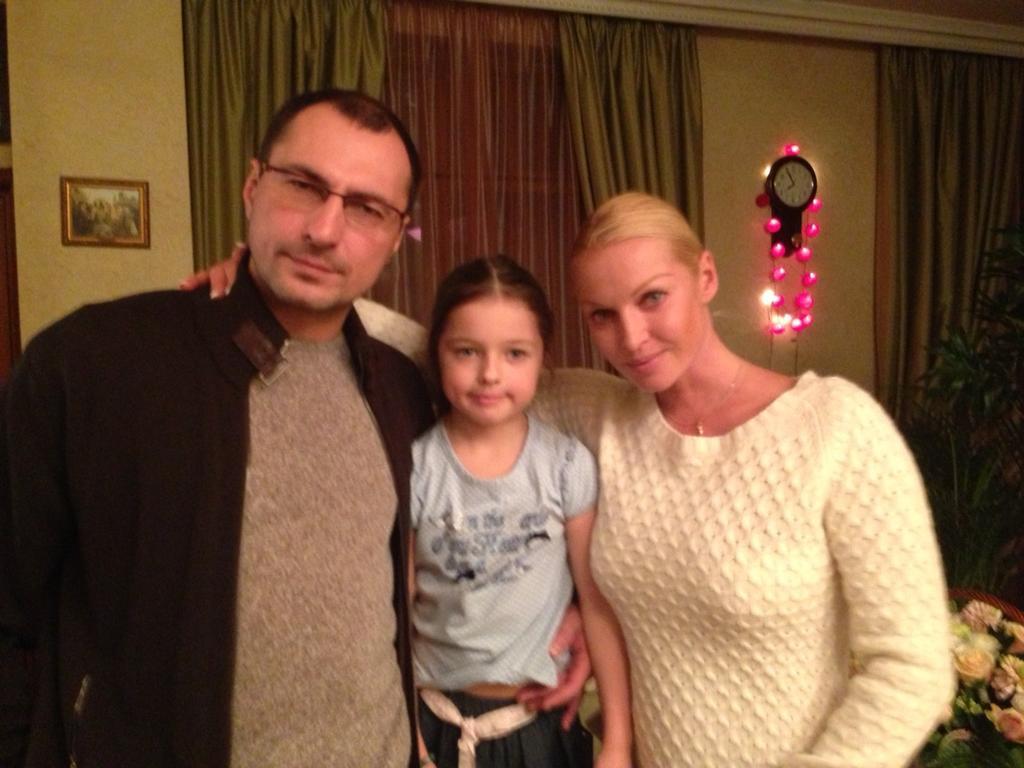 Анастасия Волочкова с мужем и дочерью
