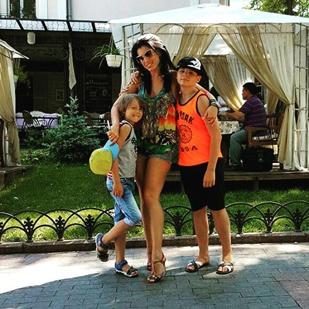Ольга Романовская - экс-солистка ВИА Гры - с мужем и детьми