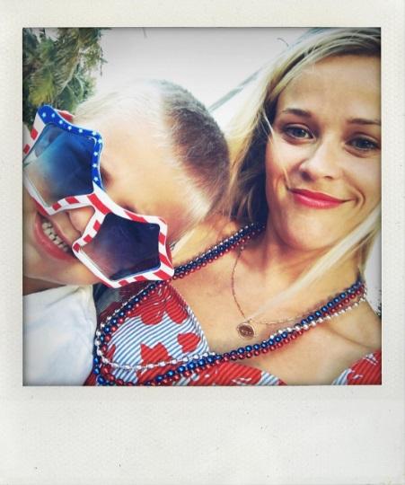 Семейный отдых: Риз Уизерспун поделилась яркими кадрами с близкими