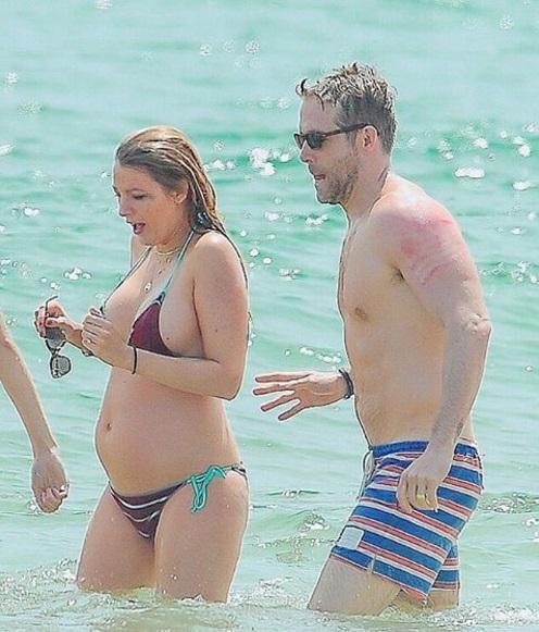 Беременная Блейк Лайвли в бикини отдыхает на пляже