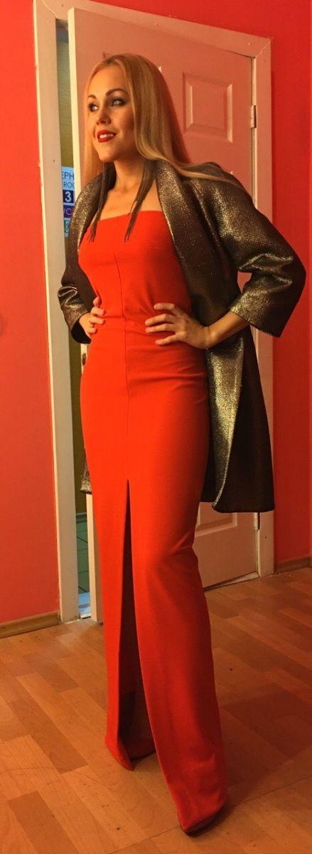 Леди в красном: Alyosha вышла в свет в сексуальном платье