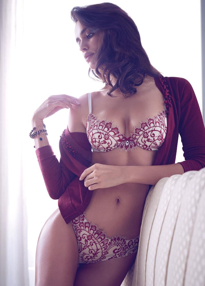 Ирина Шейк позирует в нижнем белье