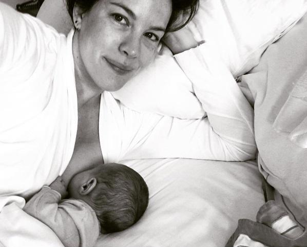 Молодая мама Лив Тайлер показала, как кормит грудью новорожденную дочь