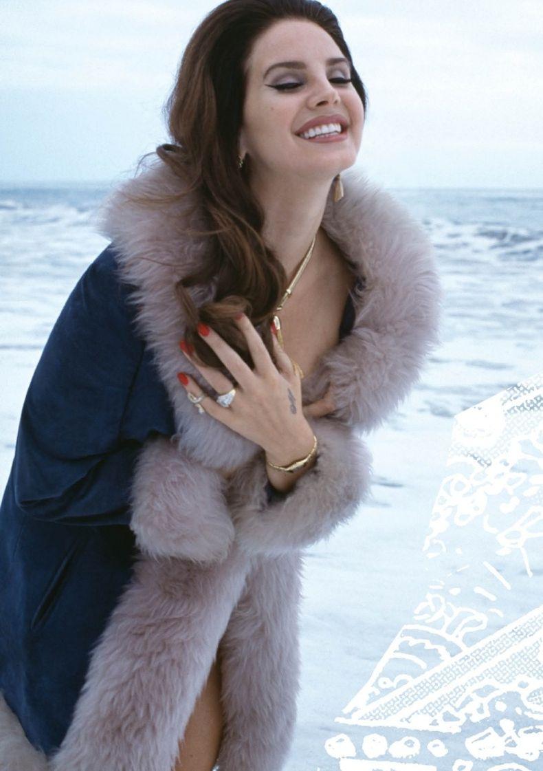 Лана Дель Рей снялась в сексуальной фотосессии