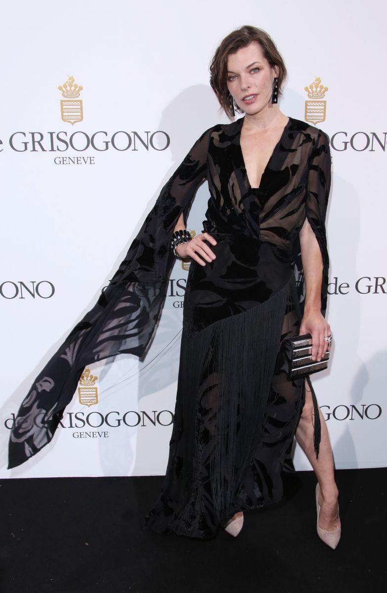 Стиль ведьмочки: Милла Йовович покоряет публику черным нарядом в Каннах