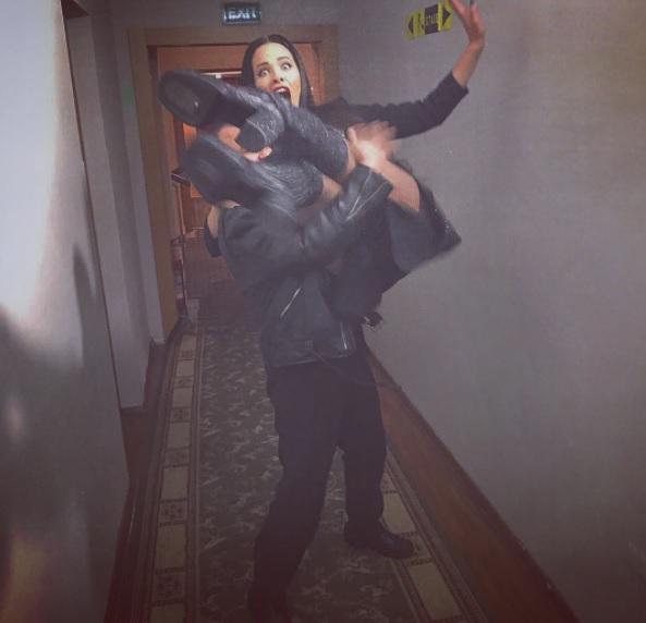Фото дня: Виктор Павлик носит Дашу Астафьеву на руках