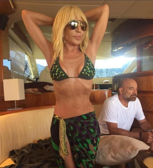 61-летняя Донателла Версаче позирует в бикини