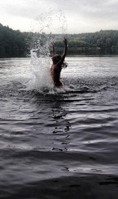 Обнаженная Татьяна Денисова искупалась в реке