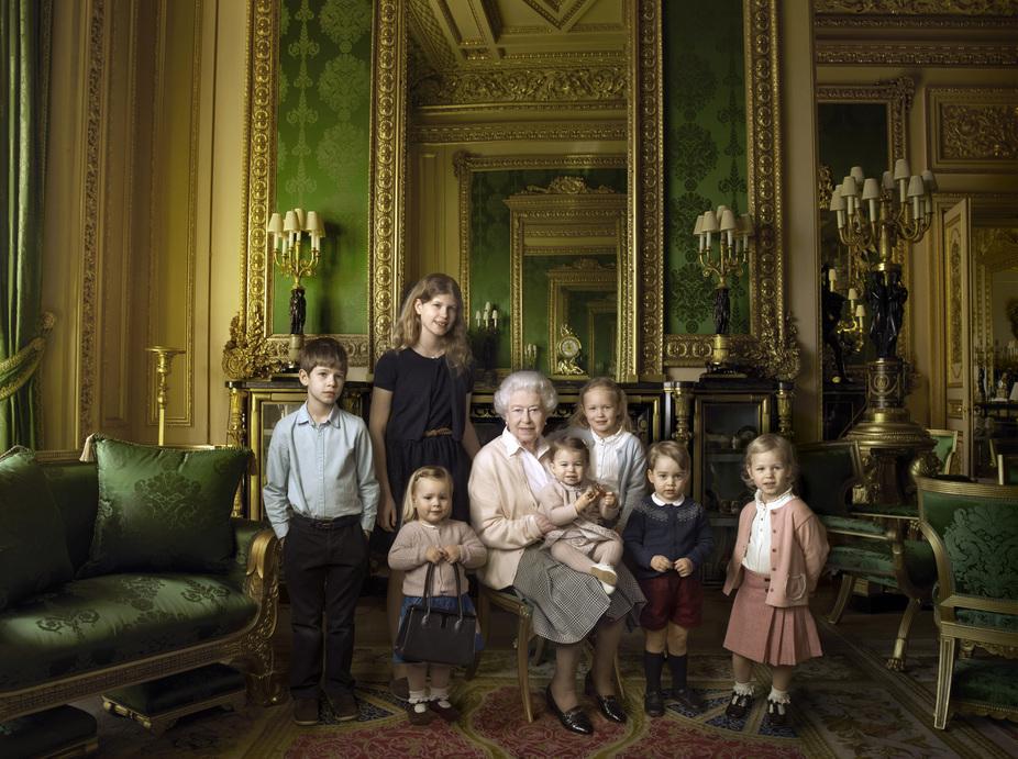 Королева Елизавета II позирует с внуками в честь 90-летнего юбилея