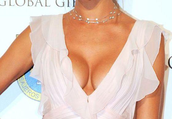 Алессандра Амбросио вышла в свет в откровенном наряде