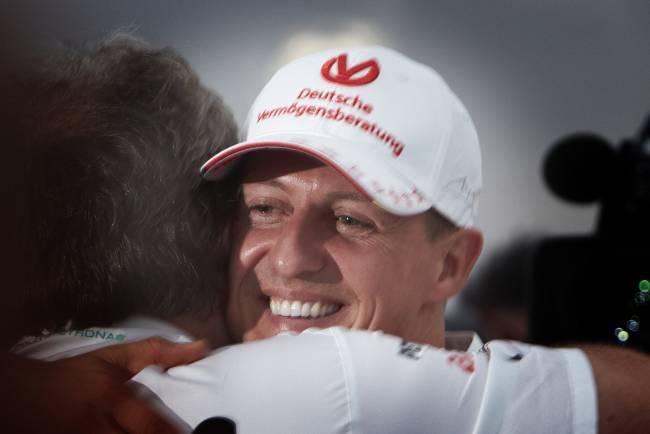 Офіційно: знаменитий автогонщик Міхаель Шумахер йде на поправку