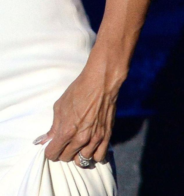 Неожиданно: Памела Андерсон продает свое обручальное кольцо