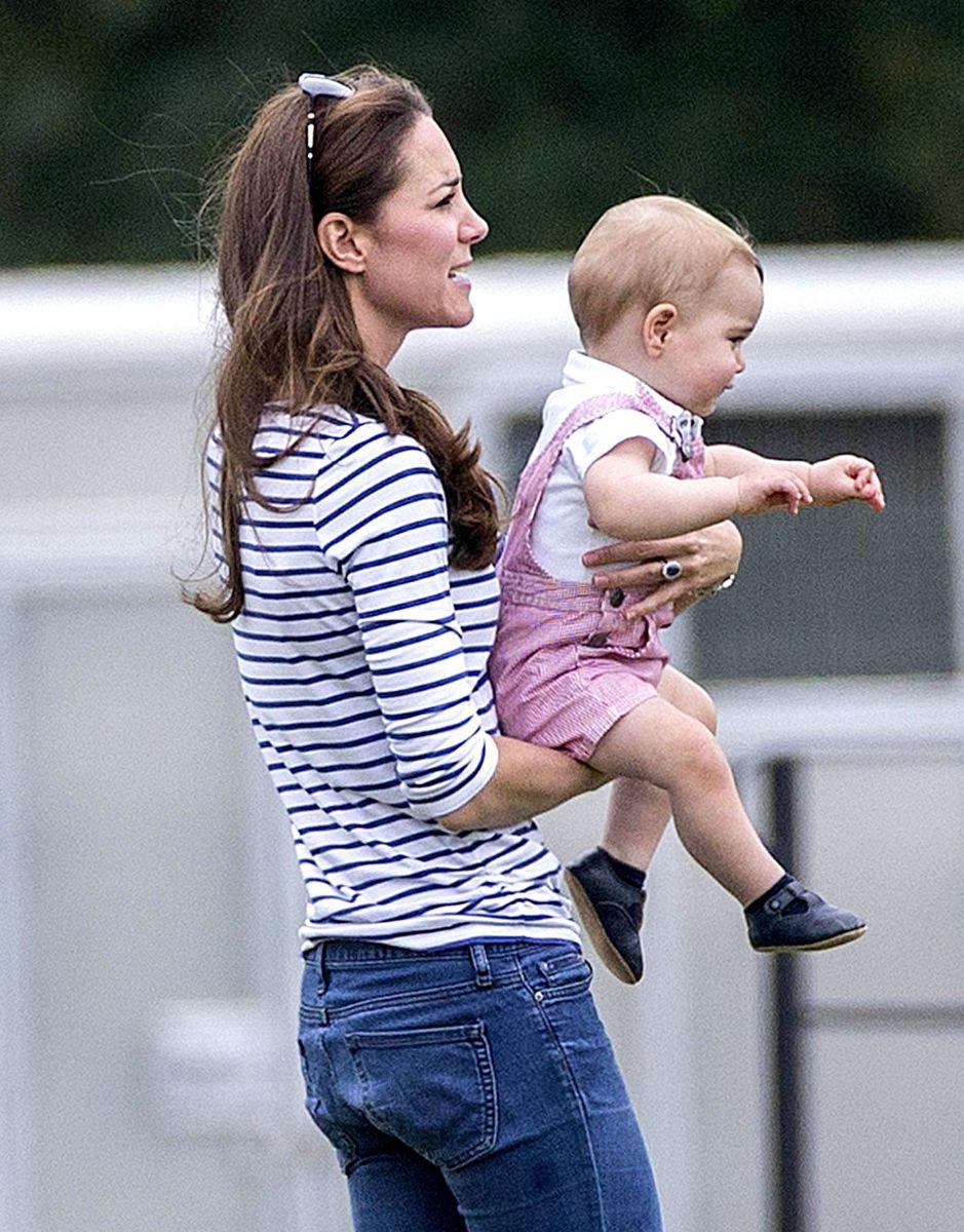 Кейт Миддлтон учит сына делать первые шаги