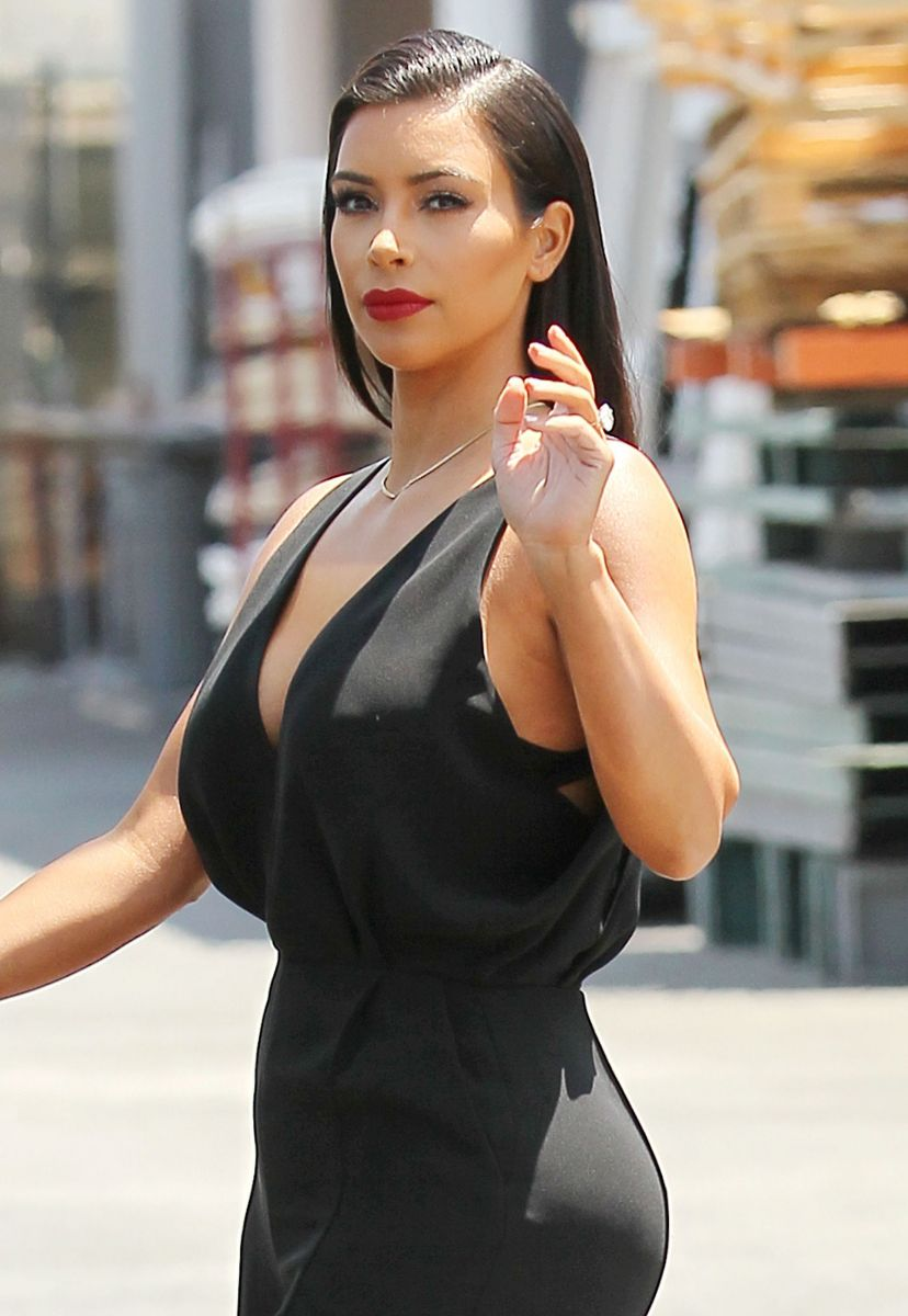 Ким Кардашьян на прогулке с дочкой