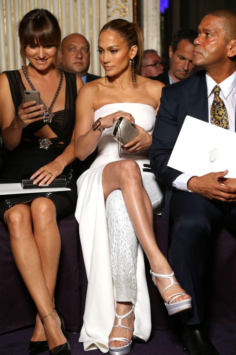 Дженнифер Лопес вышла в свет в элегантном платье