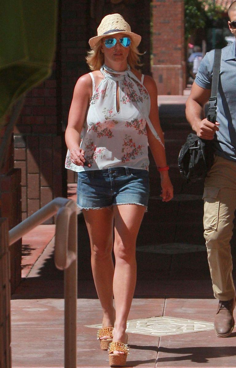Бритни Спирс появилась на публике в сексуальных мини-шортах