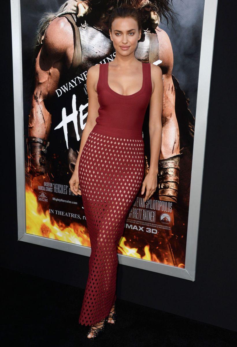 Ирина Шейк демонстрирует фигуру в стильном платье