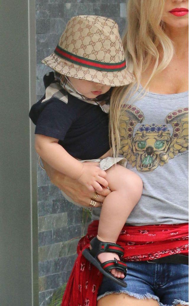 Молодая мамочка Ферги наряжает сына в Gucci