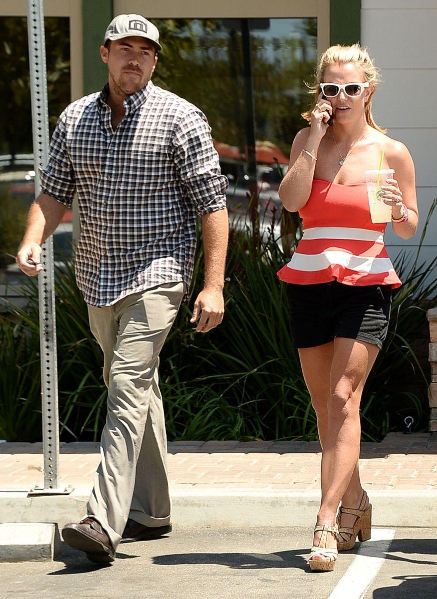 Бритни Спирс хвастается стройными ножками в мини