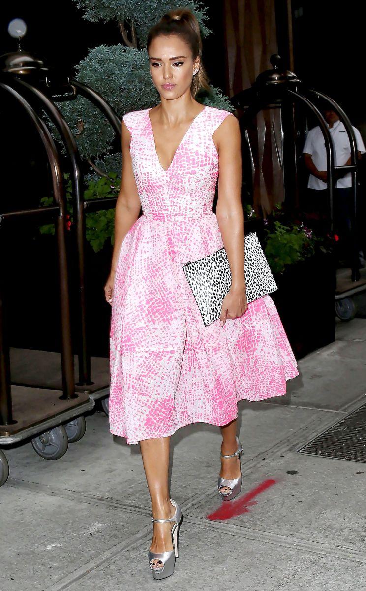 Джессика Альба вышла в свет в роскошном платье