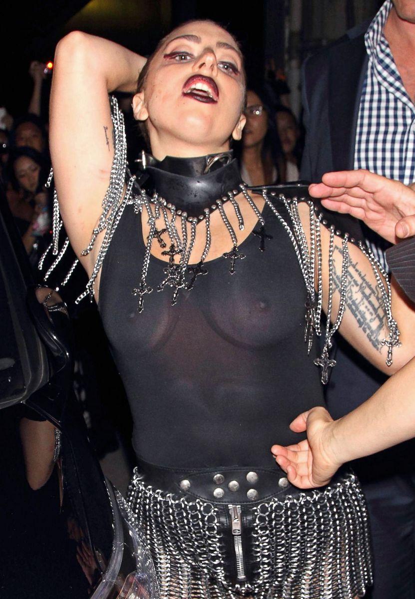 Леди ГаГа шокирует своей обнаженной грудью
