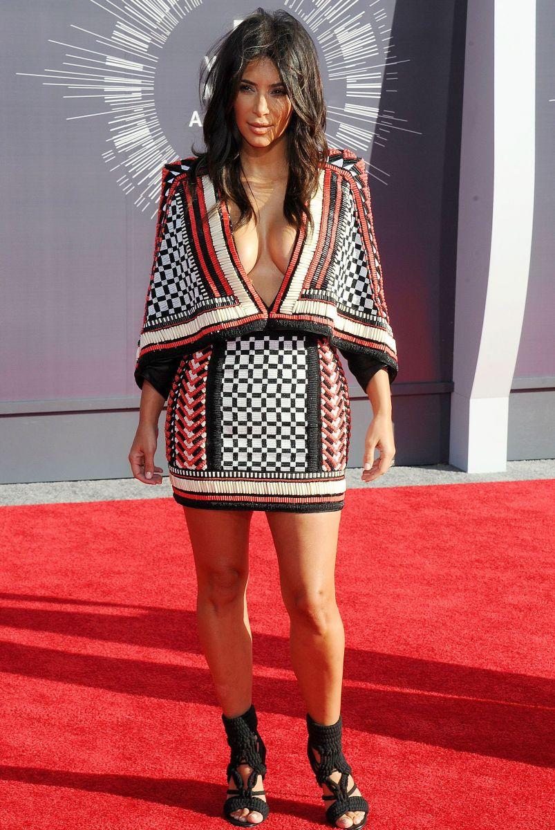 Ким Кардашьян сразила публику откровенным мини-платьем