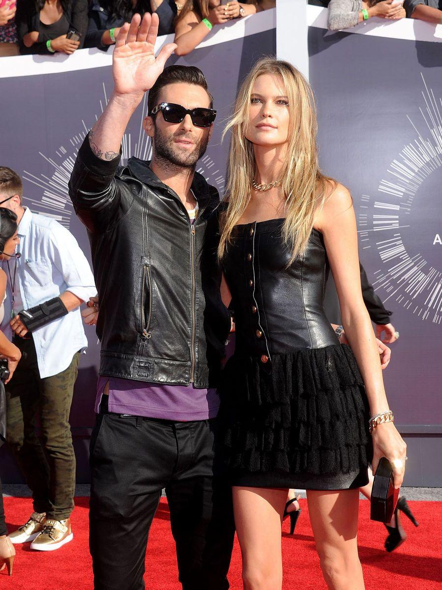 Адам Ливайн вышел в свет со своей красавицей-женой