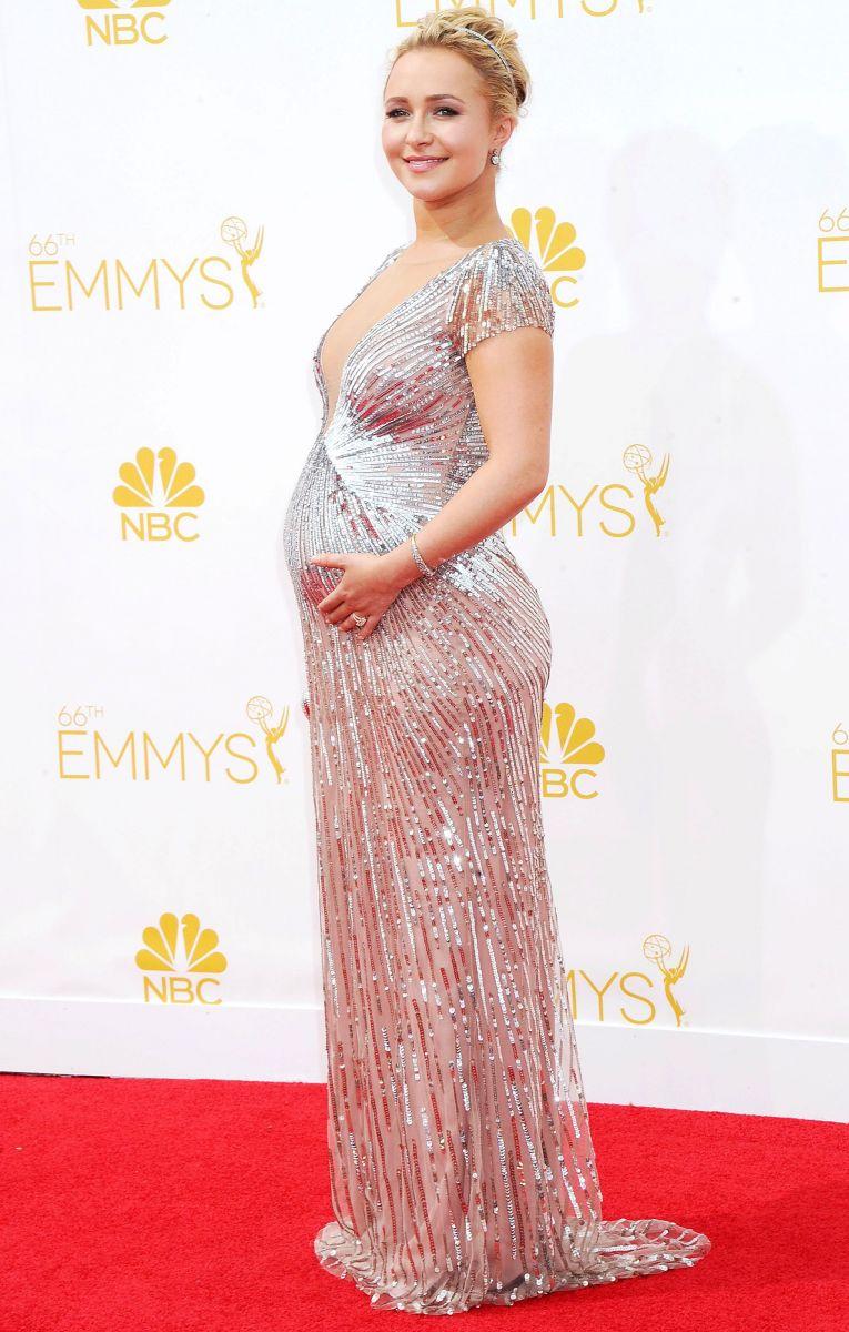 Хайден Панеттьери подчеркнула беременный животик стильным платьем