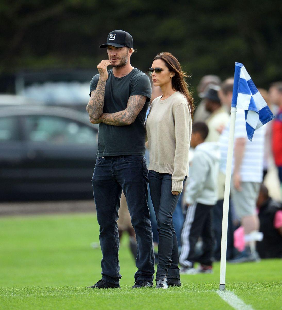 Виктория и Дэвид Бекхэм на футбольном поле