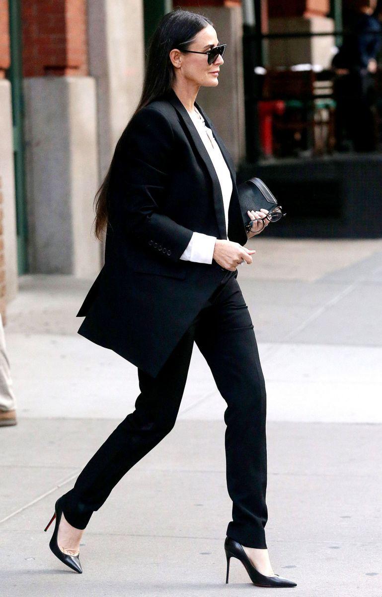 Деми Мур появилась на публике в трендовом элегантном образе