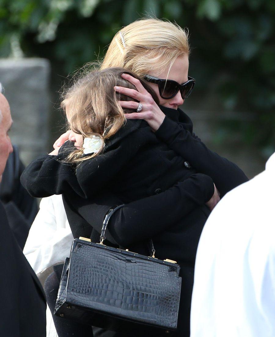 Николь Кидман не смогла сдержать слез на похоронах отца