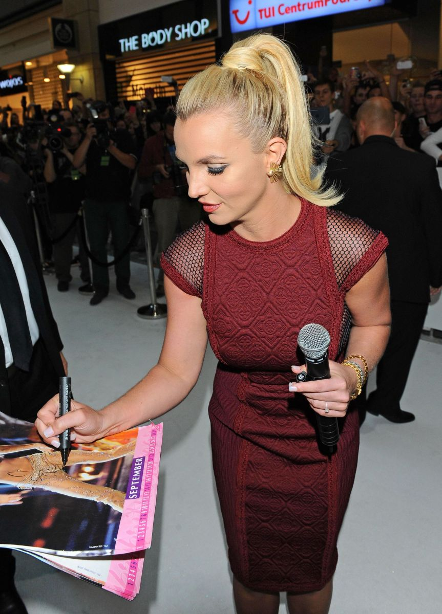 Бритни Спирс блистает в элегантном платье